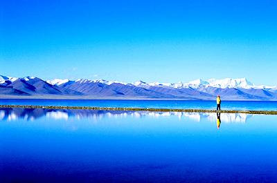 纳木错湖水靠念青唐古拉山的冰雪融化后补给